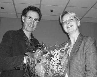 500ste vertrouwenspersoon neemt bloemen in ontvangst